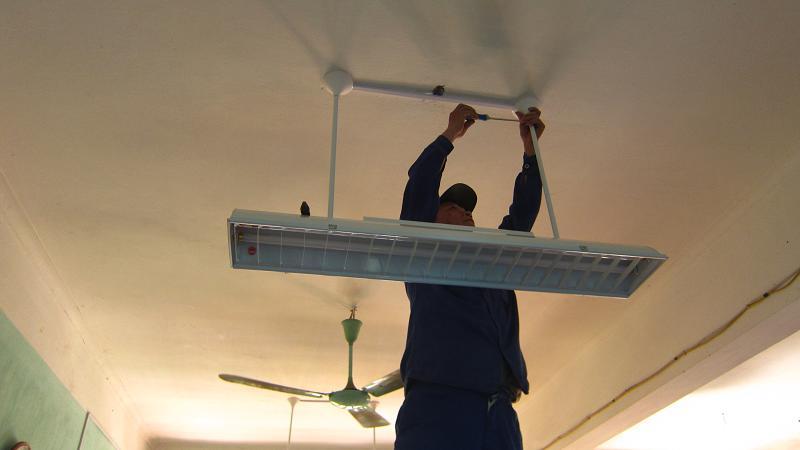 Lắp đặt bộ đèn LED chiếu sáng phòng học cao cấp cho học sinh